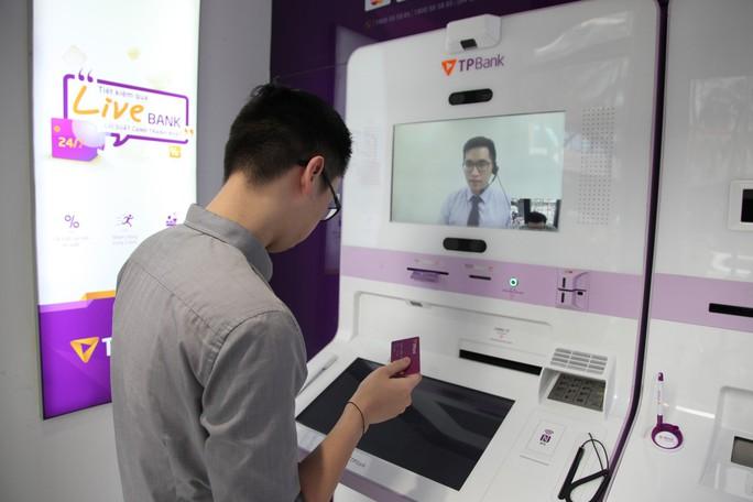 Sắp có ngân hàng đầu tiên hoàn tất chuyển đổi thẻ từ sang thẻ chip - Ảnh 1.