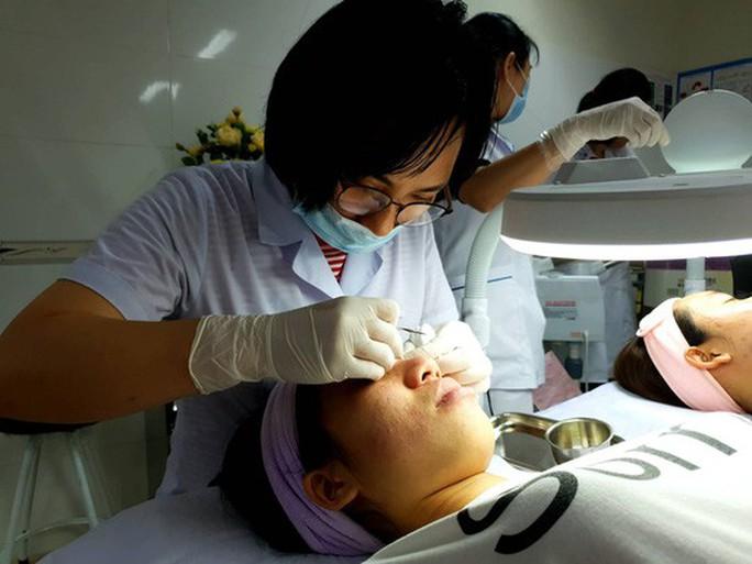 Một phụ nữ bị cày nát da mặt sau lăn kim làm đẹp - Ảnh 2.