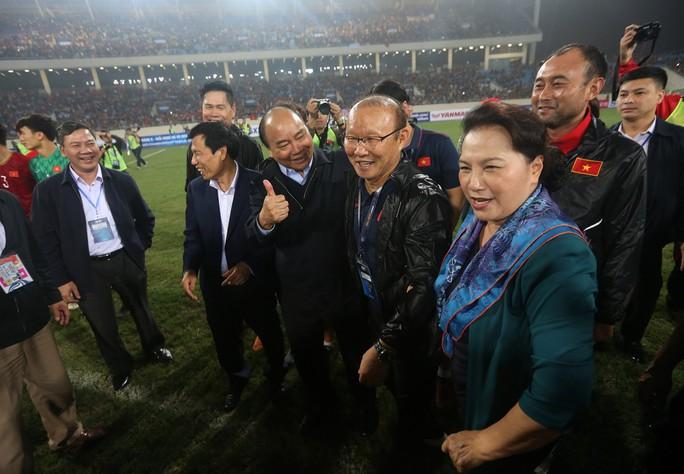Thủ tướng và Chủ tịch Quốc hội hòa chung niềm vui với U23 Việt Nam - Ảnh 6.