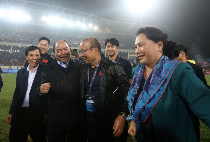 Thủ tướng và Chủ tịch Quốc hội hòa chung niềm vui với U23 Việt Nam - Ảnh 5.