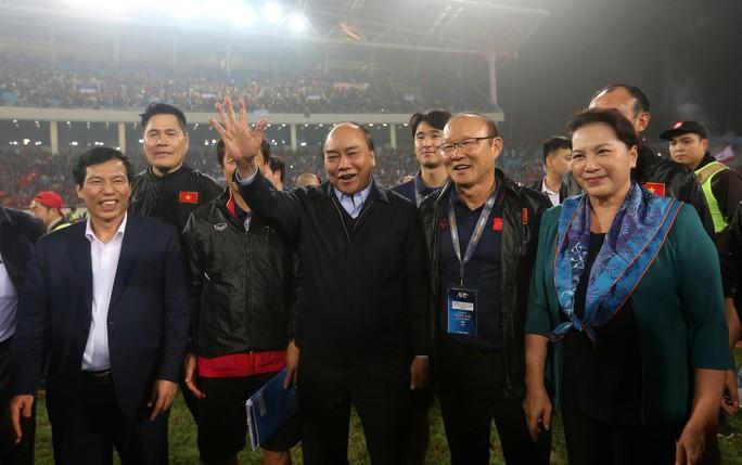 Thủ tướng và Chủ tịch Quốc hội hòa chung niềm vui với U23 Việt Nam - Ảnh 4.