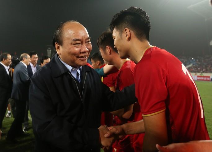Thủ tướng và Chủ tịch Quốc hội hòa chung niềm vui với U23 Việt Nam - Ảnh 7.