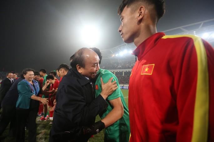 Thủ tướng và Chủ tịch Quốc hội hòa chung niềm vui với U23 Việt Nam - Ảnh 8.