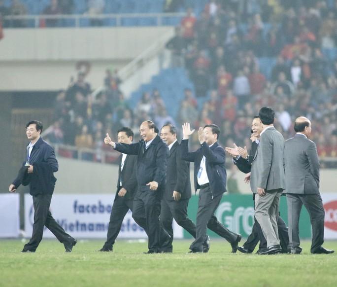 Thủ tướng và Chủ tịch Quốc hội hòa chung niềm vui với U23 Việt Nam - Ảnh 3.