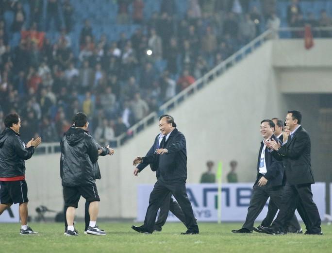 Thủ tướng và Chủ tịch Quốc hội hòa chung niềm vui với U23 Việt Nam - Ảnh 2.
