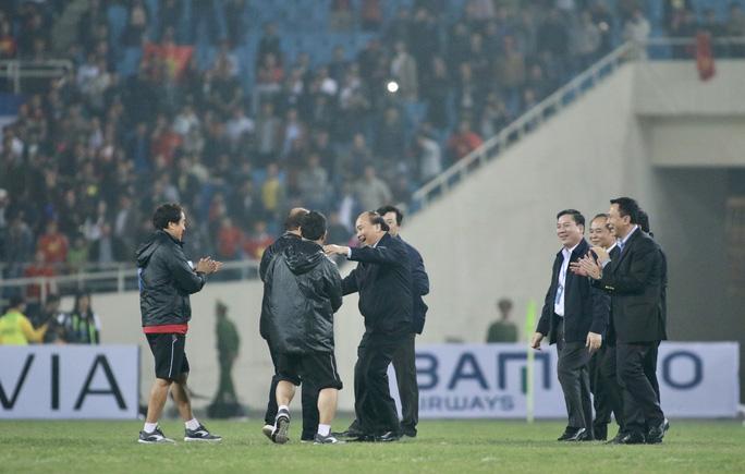 Thủ tướng và Chủ tịch Quốc hội hòa chung niềm vui với U23 Việt Nam - Ảnh 1.