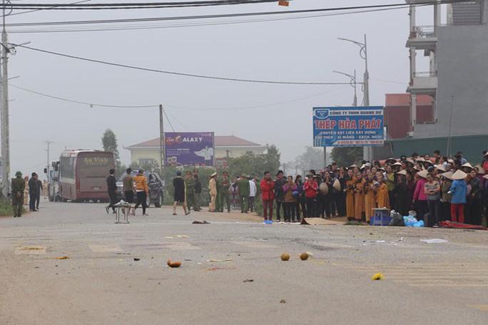 Xe khách tông chết 7 người: Tang tóc một vùng quê - Ảnh 1.