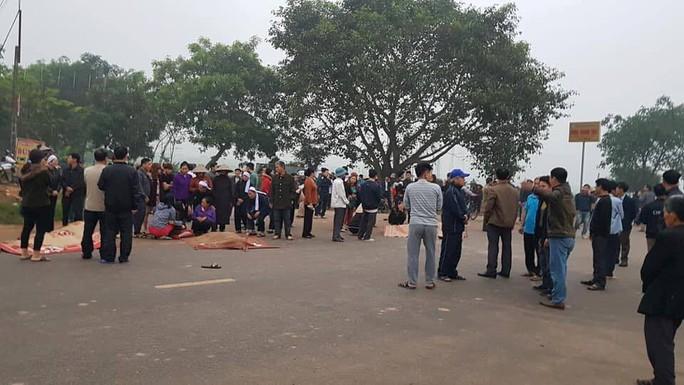 Hiện trường kinh hoàng vụ xe khách tông đoàn đưa tang khiến 7 người chết - Ảnh 3.