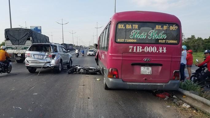 Tai nạn trên đường dẫn cao tốc TP HCM - Trung Lương, 2 cha con thương vong - Ảnh 1.