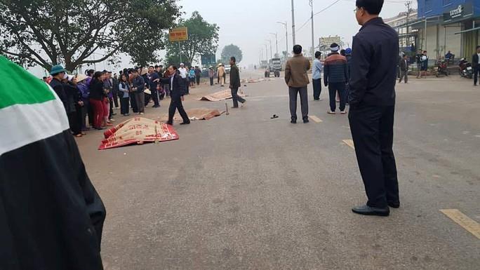 Hiện trường kinh hoàng vụ xe khách tông đoàn đưa tang khiến 7 người chết - Ảnh 4.