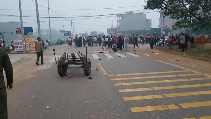 Hiện trường kinh hoàng vụ xe khách tông đoàn đưa tang khiến 7 người chết - Ảnh 1.