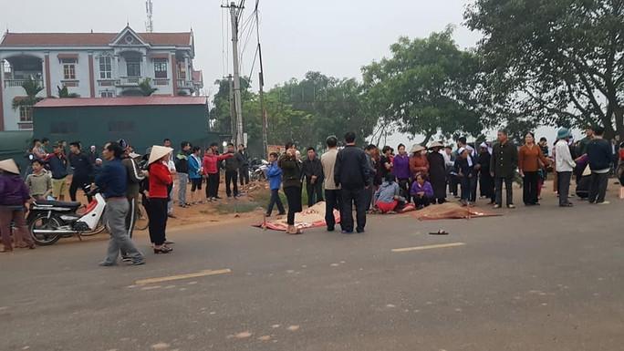 Hiện trường kinh hoàng vụ xe khách tông đoàn đưa tang khiến 7 người chết - Ảnh 6.