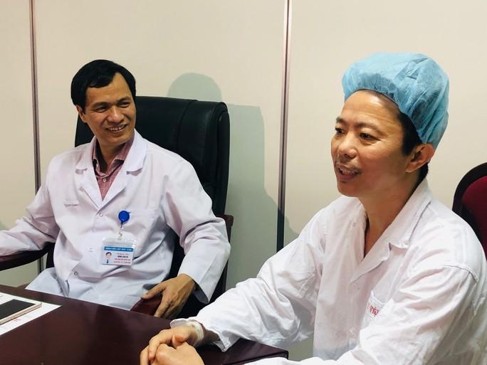 Bệnh nhân hát trên bàn mổ khi bác sĩ đang nạo vét u não - Ảnh 1.