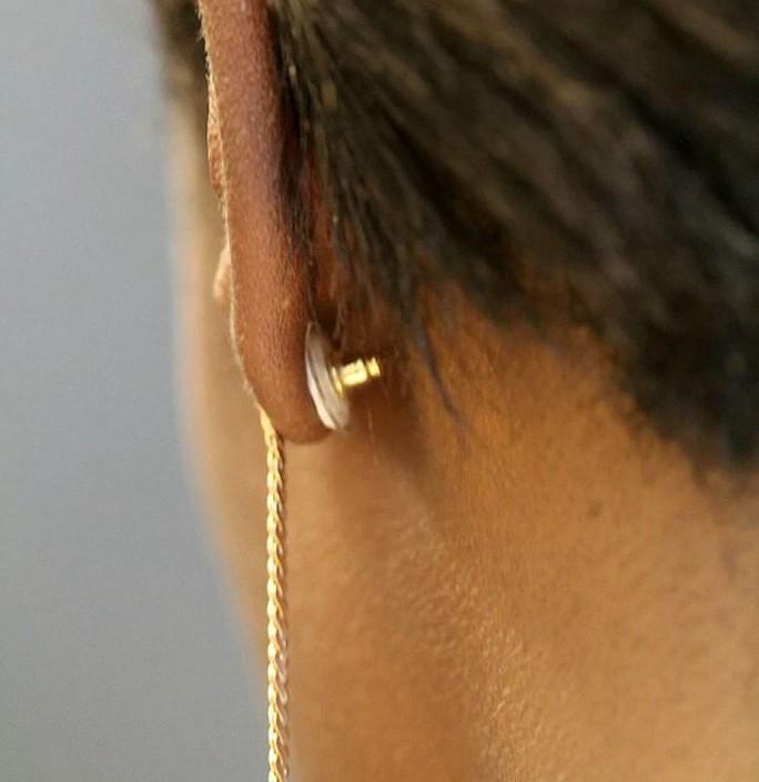Yên tâm hơn khi làm chuyện ấy nhờ… đeo bông tai - Ảnh 2.
