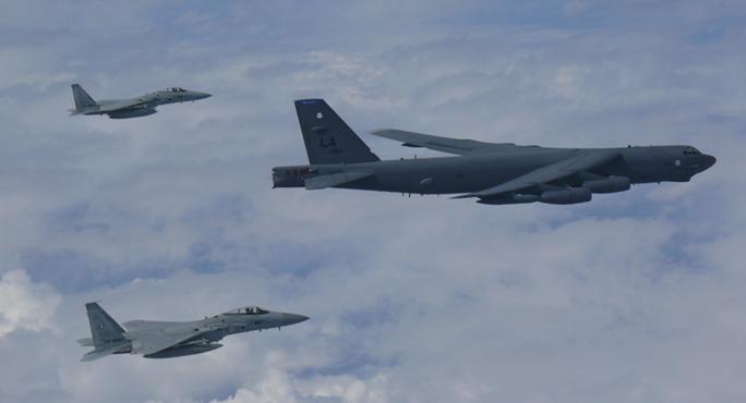 Mỹ triển khai B-52 tập luyện trên biển Hoa Đông - Ảnh 1.
