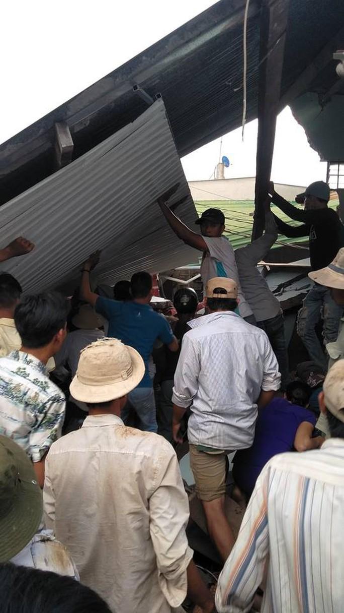 Xe tải chở rau tông hàng loạt nhà dân, tài xế và phụ xe thiệt mạng - Ảnh 4.
