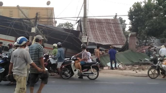 Xe tải chở rau tông hàng loạt nhà dân, tài xế và phụ xe thiệt mạng - Ảnh 3.