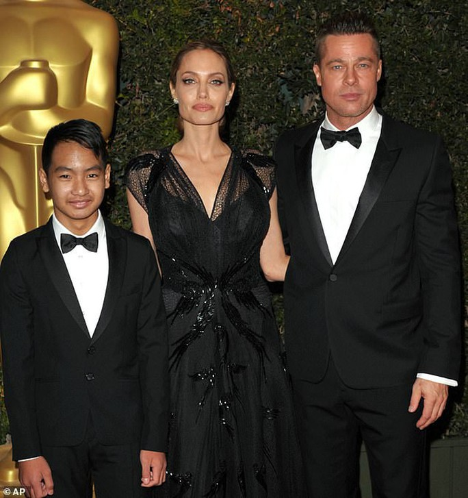 Giá sốc với những bức ảnh gia đình Angelina Jolie và Brad Pitt - Ảnh 1.