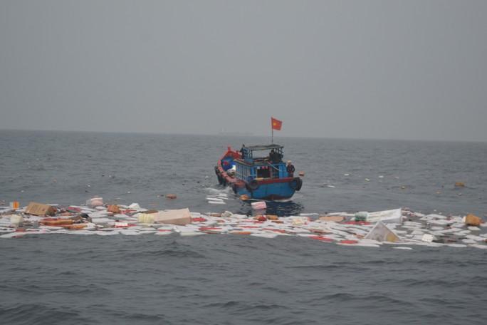 Chìm tàu chở hàng ở Lý Sơn, 7 thuyền viên may mắn được cứu sống - Ảnh 1.