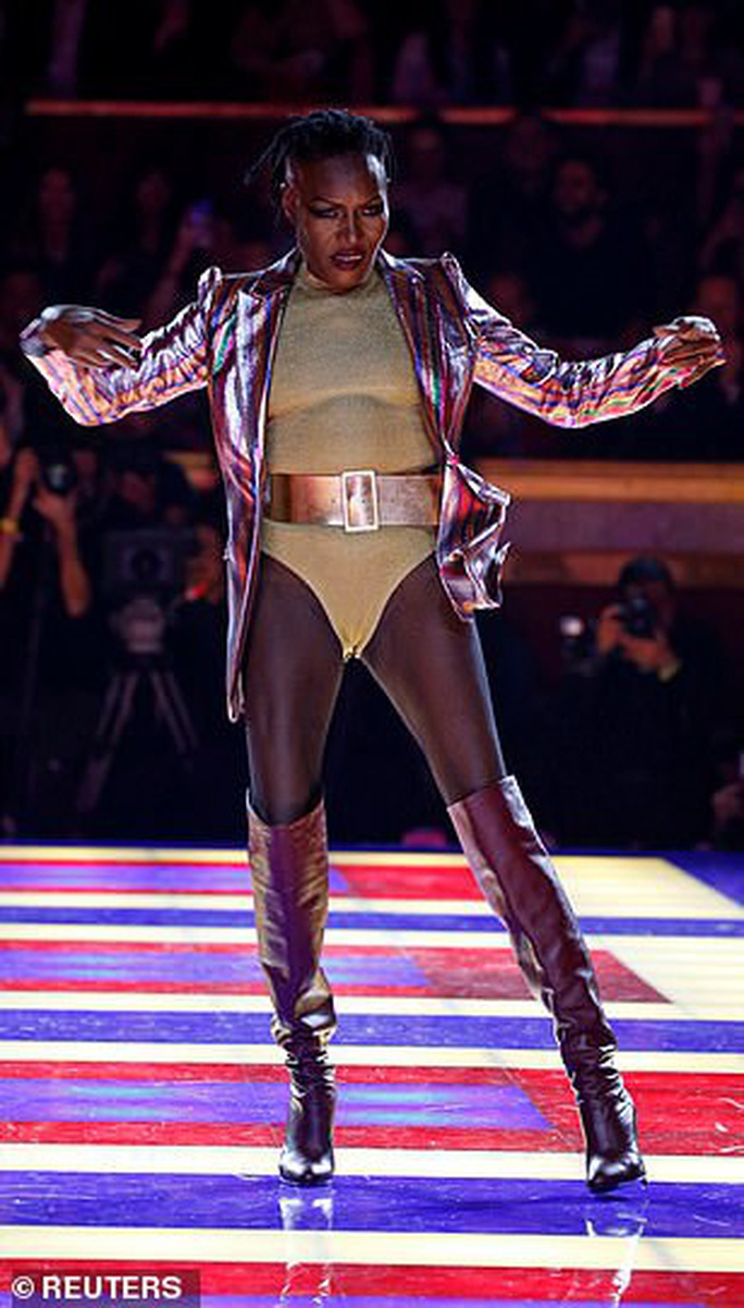 Siêu mẫu 70 tuổi chiếm sóng trên sàn diễn thời trang - Ảnh 7.