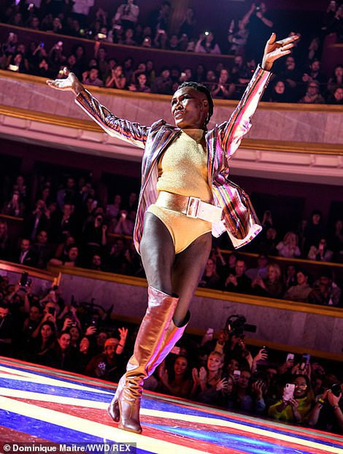 Siêu mẫu 70 tuổi chiếm sóng trên sàn diễn thời trang - Ảnh 2.