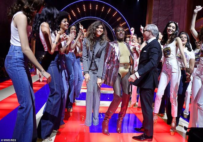 Siêu mẫu 70 tuổi chiếm sóng trên sàn diễn thời trang - Ảnh 12.