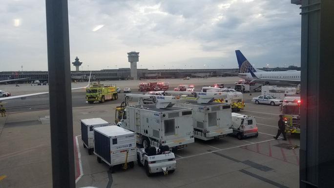 Máy bay Boeing 737 hạ cánh khẩn cấp, một số hành khách nhập viện - Ảnh 1.