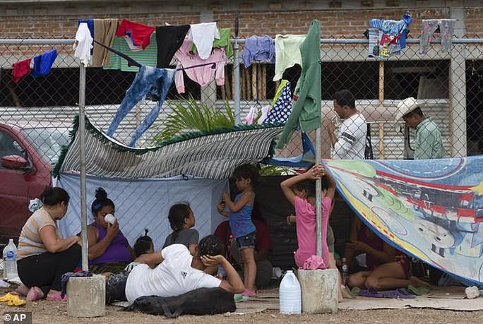 """""""Mẹ"""" của các đoàn người di cư sắp đến Mexico, Mỹ dọa đóng cửa biên giới - Ảnh 2."""