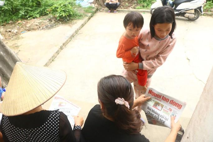 Mẹ nữ sinh lớp 9 bị đánh nghẹn ngào khi Báo Người Lao Động trao tiền hỗ trợ - Ảnh 7.