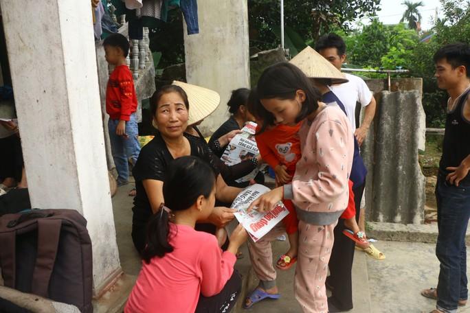 Mẹ nữ sinh lớp 9 bị đánh nghẹn ngào khi Báo Người Lao Động trao tiền hỗ trợ - Ảnh 9.