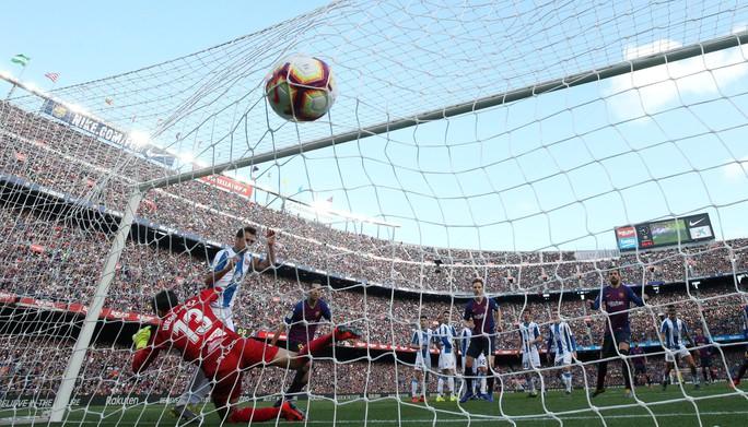 Sao Trung Quốc suýt lập kỳ tích, Messi tiến sát kỷ lục sự nghiệp - Ảnh 2.