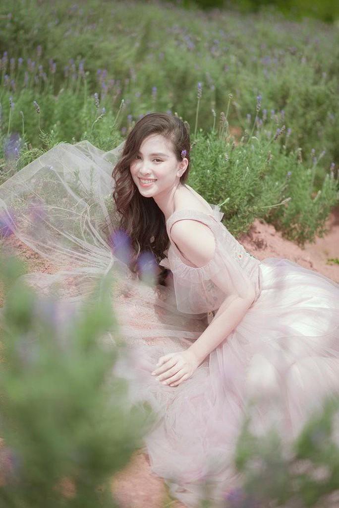 Hoa hậu Tiểu Vy: Người của công chúng dễ bị đem ra so sánh - Ảnh 3.