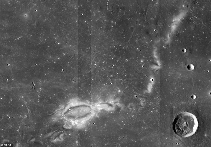 Bí ẩn dấu ấn tối và xoáy ánh sáng trên mặt trăng - Ảnh 3.