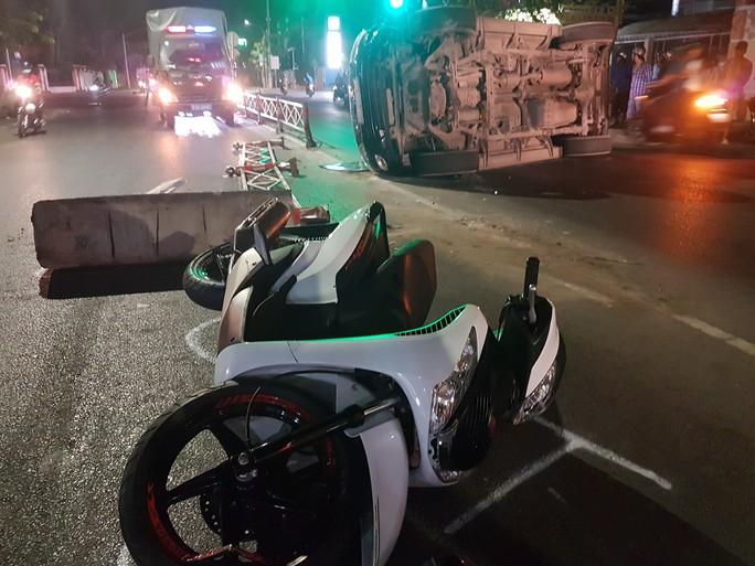 Tài xế xe biển số xanh tông vào dải phân cách, gây tai nạn - Ảnh 1.