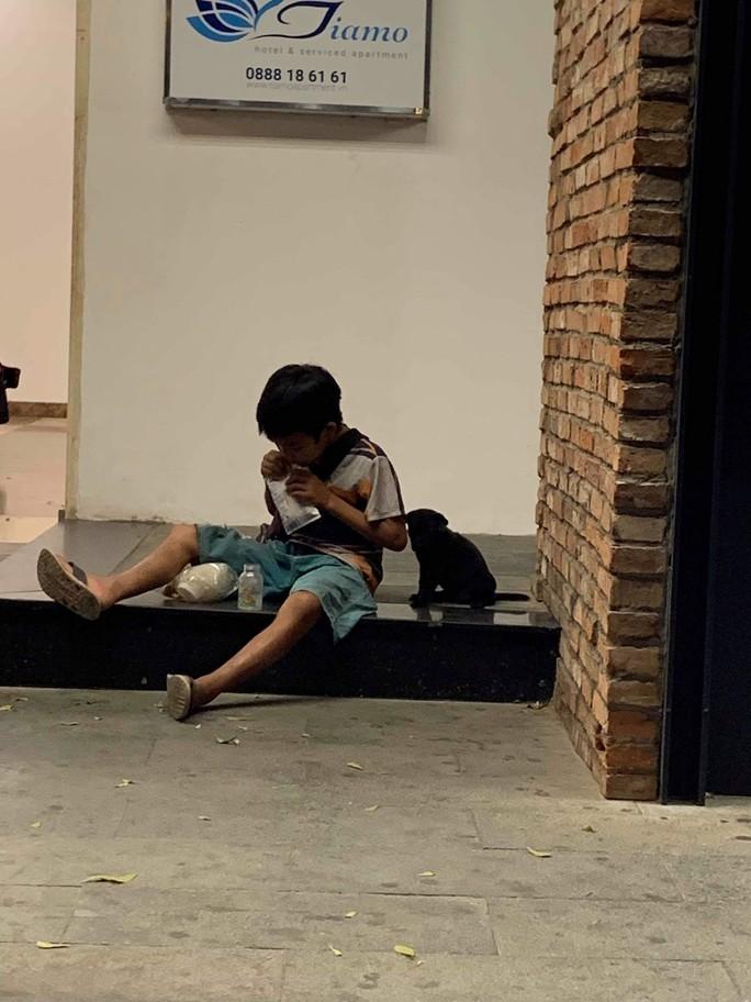Cậu bé chia phần sữa cho cún con làm lay động nhiều người - Ảnh 1.
