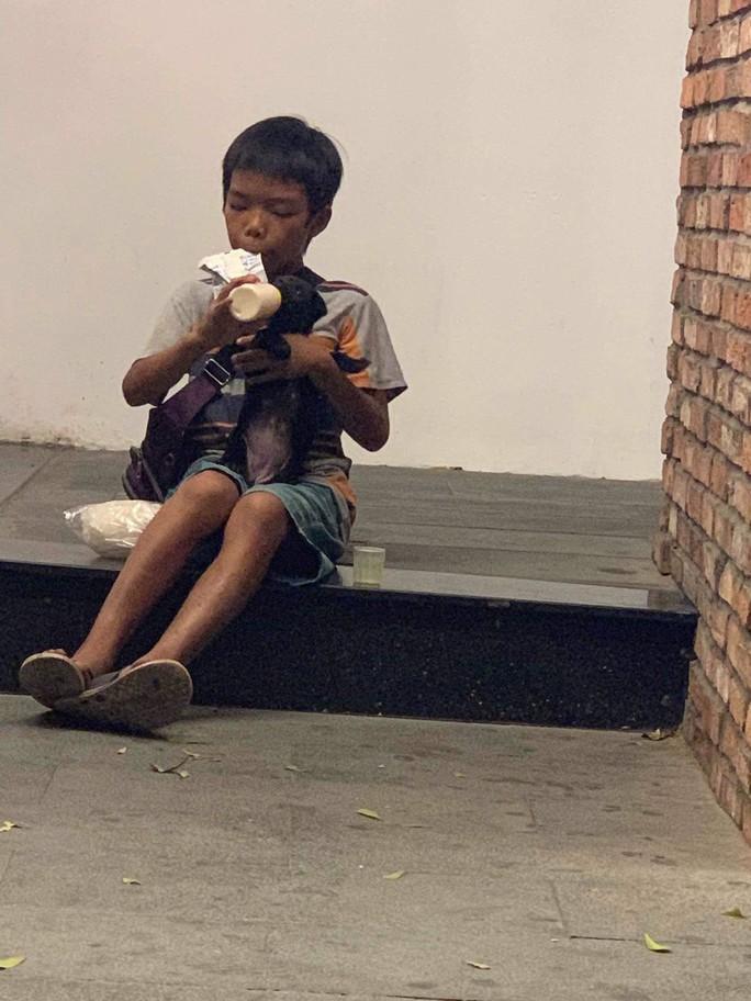 Cậu bé chia phần sữa cho cún con làm lay động nhiều người - Ảnh 3.
