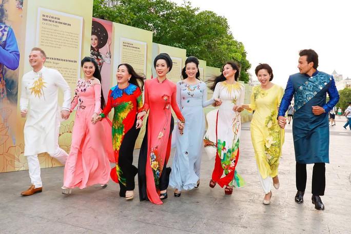 Ca sĩ Kyo York Tôi yêu áo dài Việt Nam - Ảnh 8.