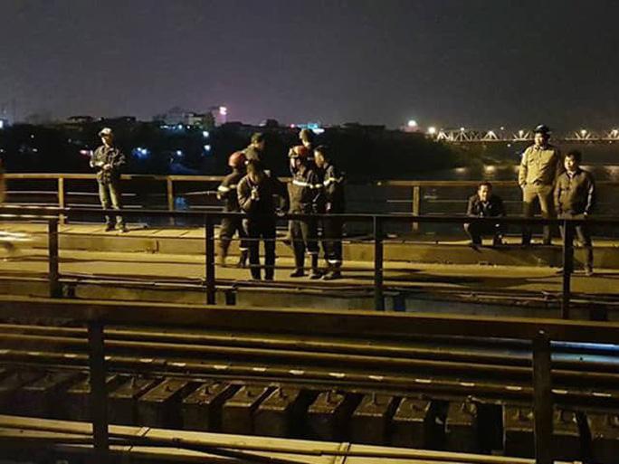 Tàu hỏa tông người đi bộ trên cầu Long Biên văng xuống sông Hồng mất tích - Ảnh 1.