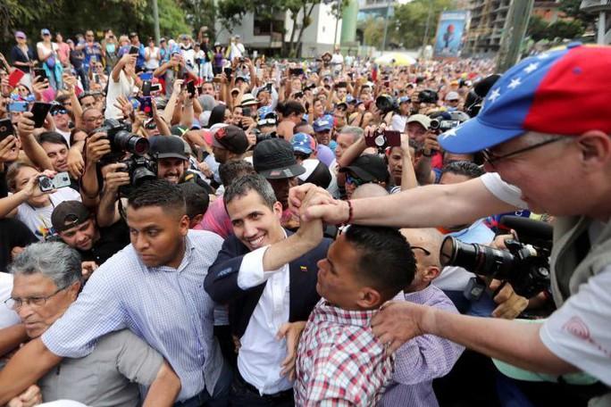 Đối mặt nguy cơ bắt giữ, thủ lĩnh đối lập Venezuela về nước  - Ảnh 1.