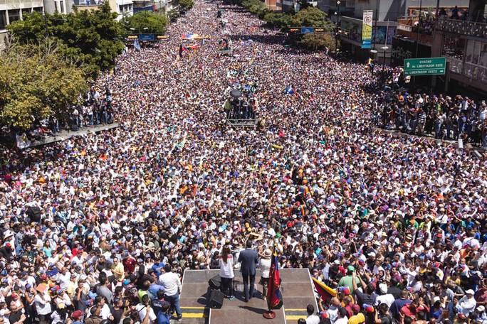 Đối mặt nguy cơ bắt giữ, thủ lĩnh đối lập Venezuela về nước  - Ảnh 2.