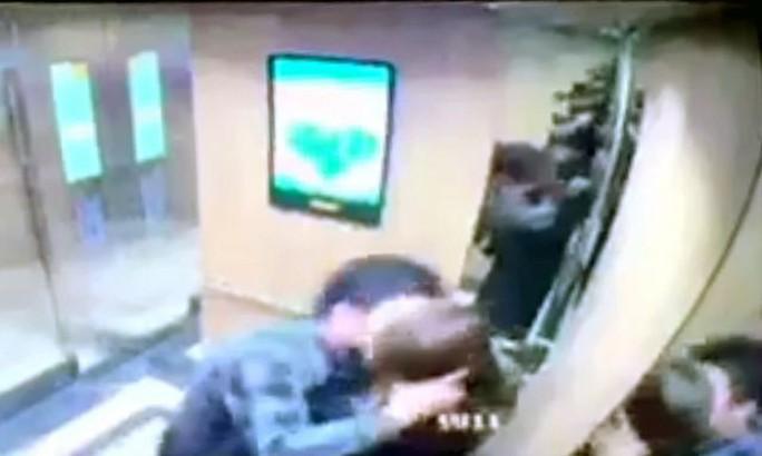 Làm quen không được, gã đàn ông sàm sỡ, cưỡng hôn nữ sinh viên ngay trong thang máy - Ảnh 1.