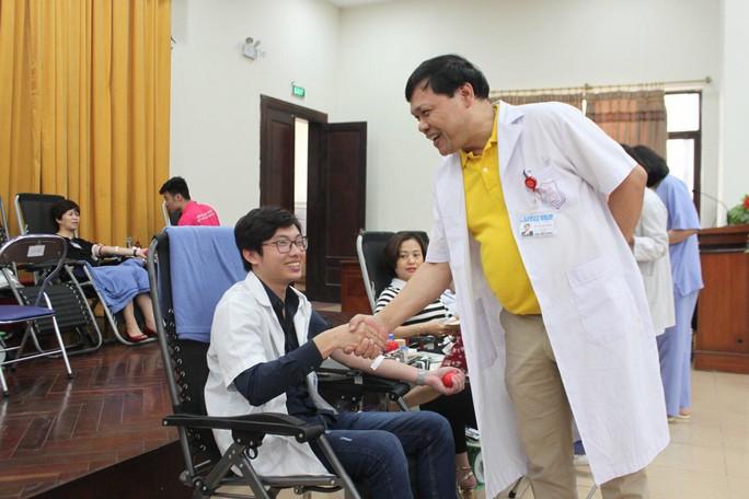 Bác sĩ hiến máu cả chục lần cứu người bệnh - Ảnh 2.