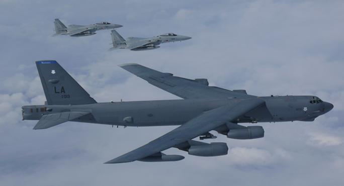 Mỹ đưa B-52 đến gần các điểm nóng trên biển Đông - Ảnh 1.