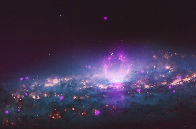Thiên hà chứa bong bóng khổng lồ bắn tia vũ trụ vào trái đất - Ảnh 1.