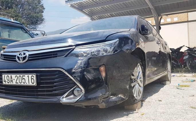 Ôtô chở cán bộ tòa án huyện gây tai nạn rồi bỏ chạy - Ảnh 1.