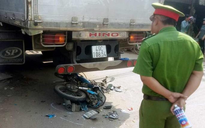 Bị cuốn vào xe tải đang rẽ qua đường, một thanh niên tử vong tại chỗ - Ảnh 1.