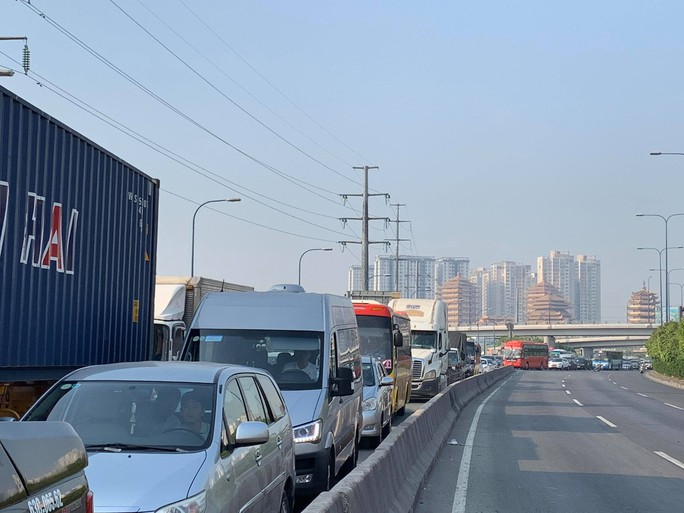 Kinh hãi nhiều cuộn thép khủng từ xe đầu kéo văng xuống xa lộ Hà Nội - Ảnh 2.