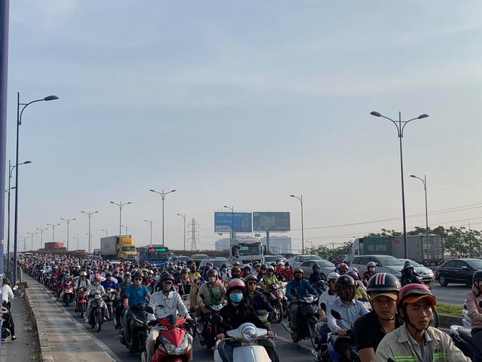 Kinh hãi nhiều cuộn thép khủng từ xe đầu kéo văng xuống xa lộ Hà Nội - Ảnh 3.