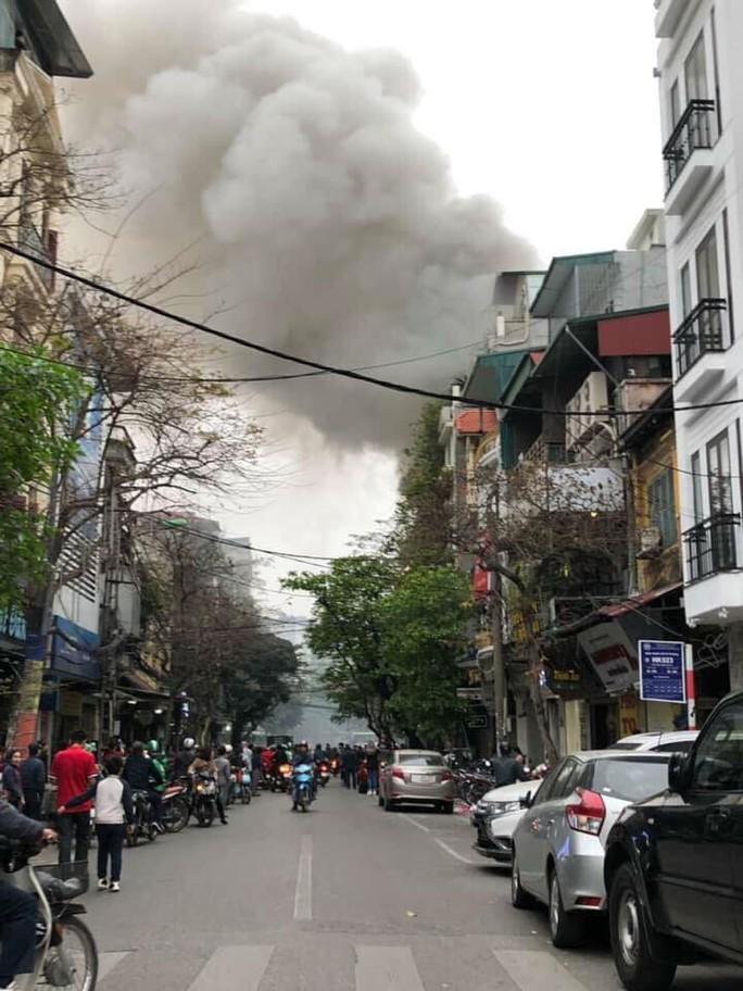 Cháy lớn tại căn nhà trong phố cổ Hà Nội - Ảnh 1.