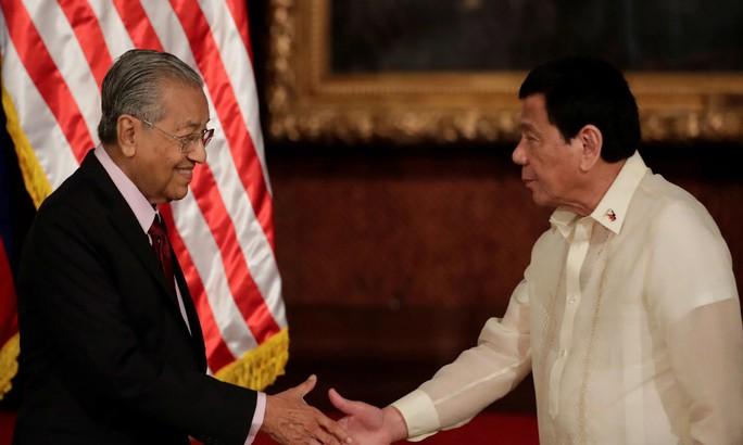 Thủ tướng Malaysia cảnh báo Philippines về nợ Trung Quốc - Ảnh 1.